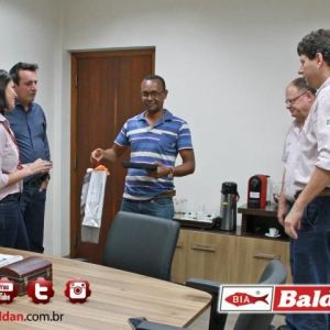 Sr. Evair Rodrigues do Nascimento c/ a placa de homenagem e os presentes recebidos.